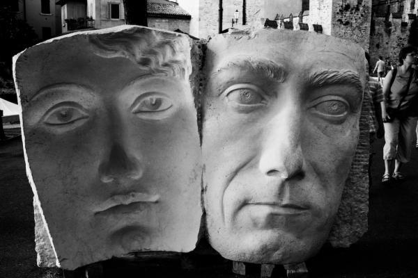 Gesichter in Stein