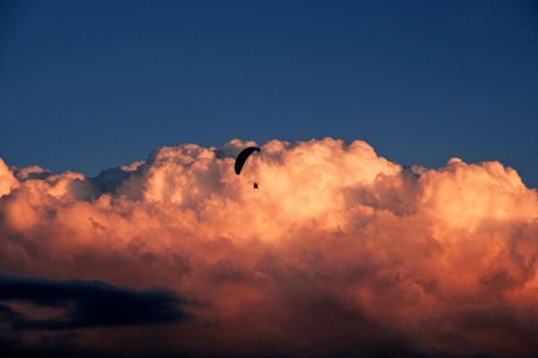 Motorisierter Paraglider im Sonnenuntergang