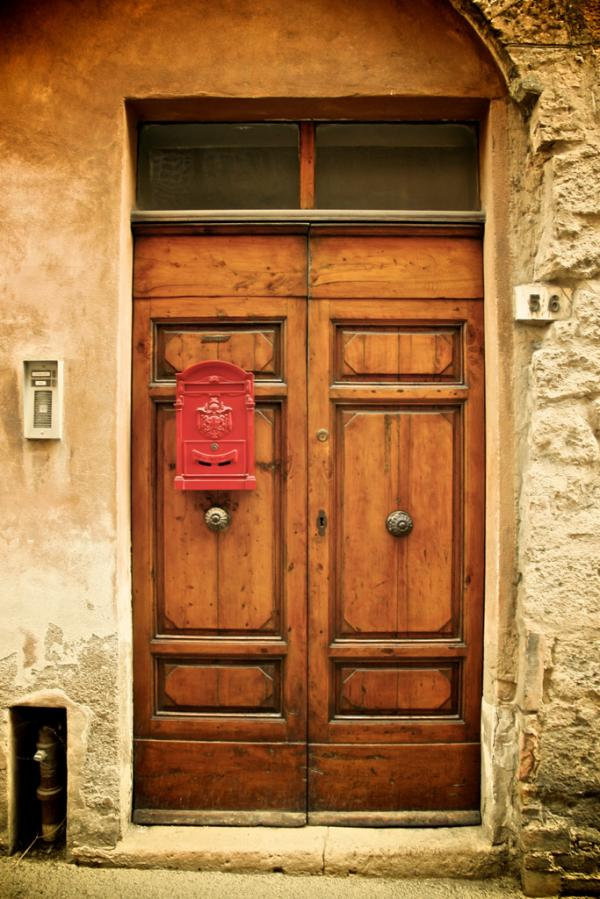 Volterra: Tür mit Briefkasten