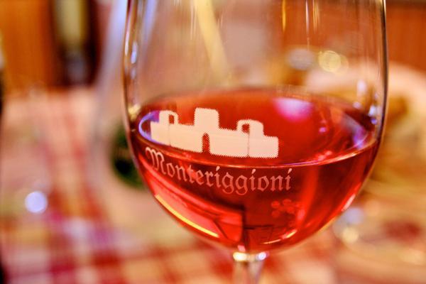 Ein Glas Wein in Monteriggioni